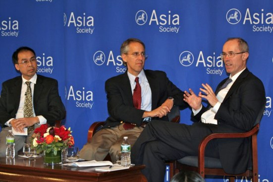 Tuong Vu (trái) phó giáo sư tại Khoa Khoa học Chính Trị, trường đại học Oregon. Chuyên môn của ông là về chính trị Đông Nam Á