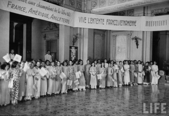 tháng 4 năm 1950, tại đô thành Sài Gòn, Quốc trưởng Bảo Đại công bố nền độc lập của Quốc gia Việt Nam trước sự chứng kiến của giới quan chức Việt Nam và các quan khách quốc tế