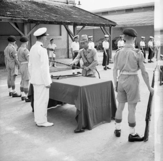Một sĩ quan Nhật đầu hàng sĩ quan Anh quốc tại Saigon  13-9- 1945. (ảnh wiki)