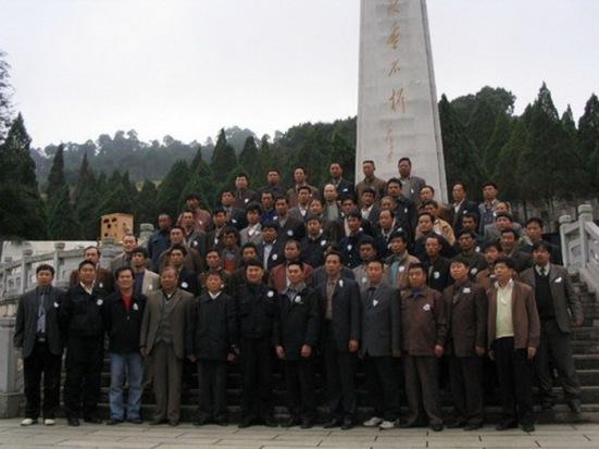 Các cựu chiến binh Trung Quốc tham dự trận đánh Núi Lão Sơn (đỉnh núi 1509) chụp hình lưu niệm trên đỉnh Núi Lão Sơn... nay thuộc về Trung Quốc