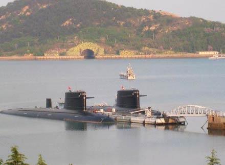Tàu ngầm Type 094 (lớp Tấn) tại căn cứ hải quân Du Lâm của Trung Quốc. Đằng sau là cửa thông vào cảng ngầm trong núi