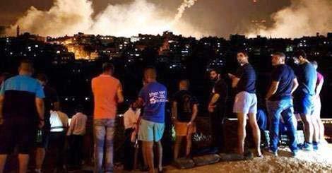 Người Israel rủ nhau lên đồi xem pháo bông tại Gaza trong khi tuyên truyền của nhà nước là họ đang sống trong sợ hãi dưới pháo của Hamas