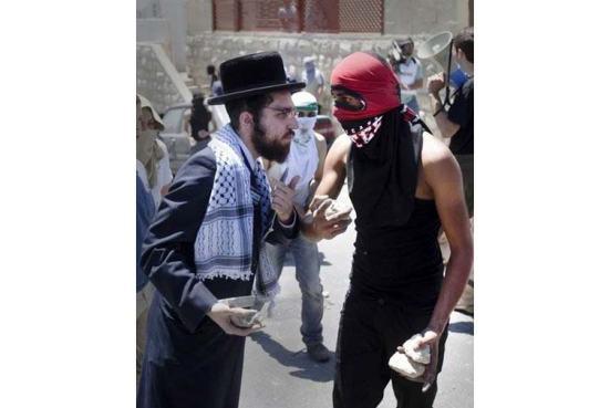 Một thành viên của giáo phái Do Thái 'siêu chính thống'Neturei Karta' (đội mũ) trong cuộc biểu tình chống chính quyền Israel năm 2010 tại Jerusalem