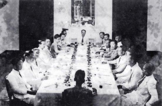 Một buổi họp của chính phủ lâm thời Việt Nam Dân Chủ Cộng Hòa Cố vấn tối cao Vĩnh Thụy ngồi cạnh Chủ tịch Hồ Chí Minh (giữa, dãy phải)