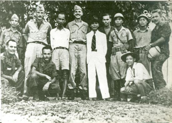 Tháng 8/1945, tạ Hà Nội, Chủ tịch Hồ Chí Minh, Đại tướng Võ Nguyên Giáp chụp ảnh kỷ niệm với đơn vị OSS