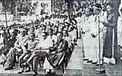 Trong buổi lễ vận động cứu đói tổ chức trước Nhá hát lớn Hà Nội. Ngồi hàng trước, từ trái sang phải: Cụ Nguyễn Văn Tố, tướng Mỹ Gallagher (Đại diện LL Đồng Minh), Chủ tịch Hồ Chí Minh, Cố vấn Vĩnh Thụy, cụ Ngô Tử Hạ. Ảnh: TL