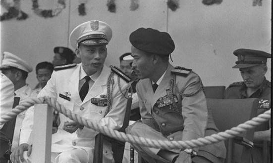 Tướng Nguyễn Hữu Có, Tổng uỷ viên Quốc phòng (Tổng trưởng Quốc phòng) và. Tư lệnh Vùng 1 Nguyễn Chánh Thi, ảnh chụp trước khi xảy ra vụ biến động miền Trung