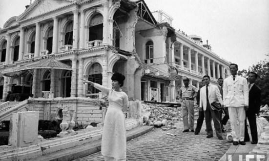 Bà Trần Lệ Xuân tại hiện trường vụ ném bom Dinh Độc lập năm 1962