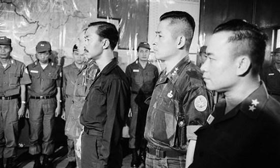 Thủ tướng Nam VN Nguyễn Cao Kỳ (trái) tham dự lễ tấn phong Thiếu tướng Huỳnh Văn Cao (phải) là chỉ huy quân sự mới để trấn áp nổi loạn tại Đà Nẵng, ngày 18.5.1966