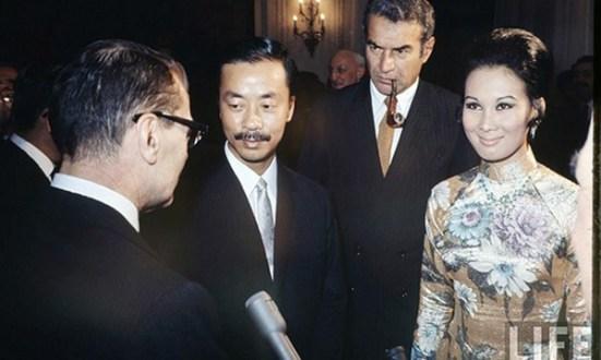 Ông Nguyễn Cao Kỳ và bà Tuyết Mai, ảnh chụp năm 1967