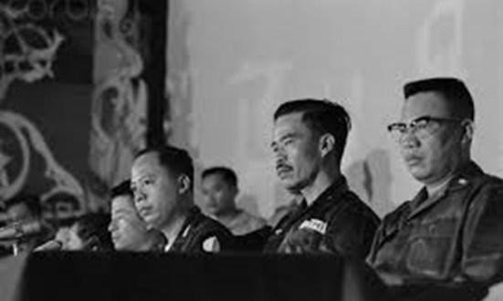 Trung tướng Nguyễn Chánh Thi (ngồi giữa) - ảnh chụp năm 1964