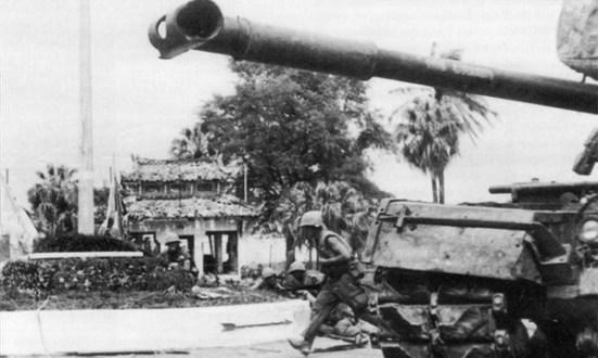 Lính thủy đánh bộ Mỹ được sự yểm trợ của xe tăng trên chiến trường miền Trung 1966