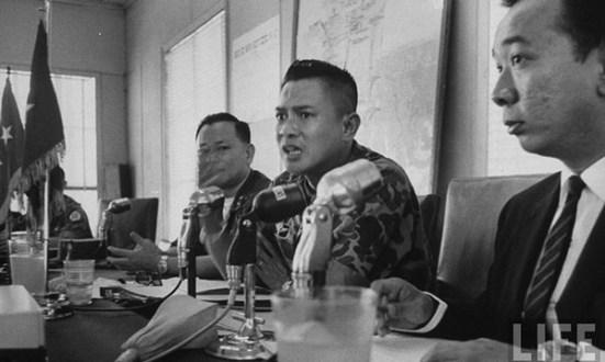 Tướng Tôn Thất Đính (giữa) cùng tướng Nguyễn Chánh Thi bị điều về Sài Gòn giam ở số 2 Tú Xương