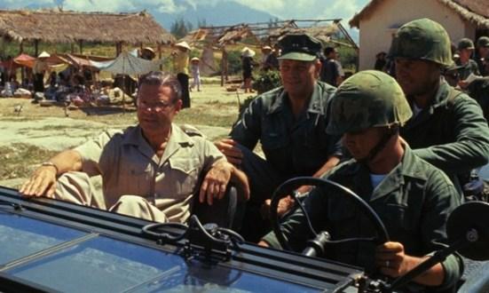 Bộ trưởng Quốc phòng McNamara cùng một nhóm binh sĩ đi thị sát vùng ven Sài Gòn