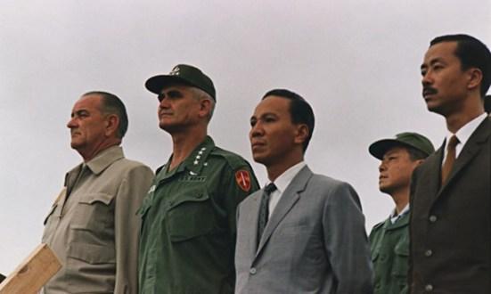 Tướng Westmoreland cùng tổng thống Mỹ Lyndon Johnson trong chuyến viếng thăm Nam VN tháng 10.1966. Đón tiếp là trung tướng Nguyễn Văn Thiệu và thủ tướng VNCH Nguyễn Cao Kỳ