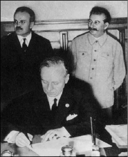 Tháng 8-1939: Stalin, Ngoại trưởng Liên Xô Molotov và Ngoại trưởng Đức Ribbetrop ký kết Hiệp ước bất tương xâm Liên Xô - Đức để chia cắt Ba Lan và khiến Liên Xô có thể