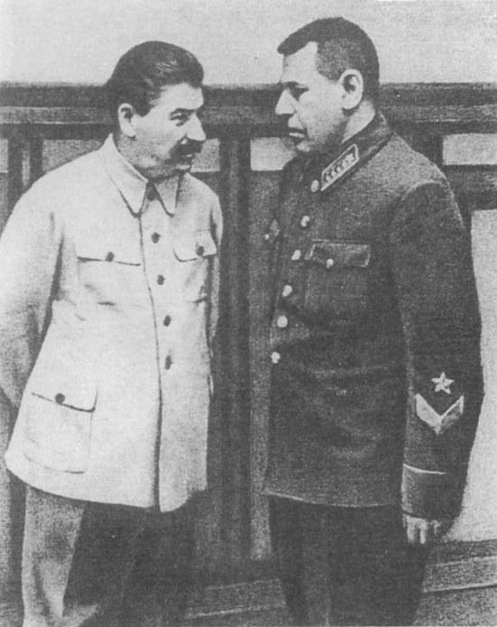 Stalin và Nguyên soái Boris Shaposhnikov - trong thâm tâm, vị đại nguyên soái luôn đố kỵ và ghen ghét cái tướng lĩnh tài năng - Ảnh tư liệu