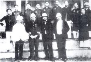 Khóa học sinh đầu tiên của trường Y Khoa Đông Dương  (học sinh đeo thẻ ngà ở ngực như các vị quan nam Triều)