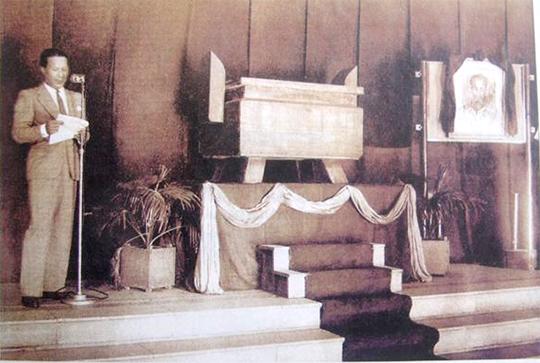 """Bế mạc """"Tuần lễ vàng"""" tại Nhà hát lớn Hà Nội, Cựu hoàng Bảo Đại lúc này là cố vấn Vĩnh Thuỵ lên cổ vũ đấu giá tấm hình Chủ tịch Hồ Chí Minh trong khi đồng bào quần chúng nhân dân tề tựu ngoài quảng trường chờ đón kết quả"""
