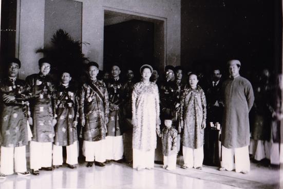 Ảnh chụp hoàng gia và hội đồng quan lại tại điện Kiến Trung (kinh thành Huế) trong ngày Hoàng đế Bảo Đại tuyên chiếu thoái vị – 25 tháng 8 năm 1945.