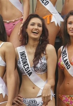 miss_indonesia_universe_2006_miss_universe_2006_nadine_chandrawinata_indonesian_muslim_women_nadine_in_bikini-tm