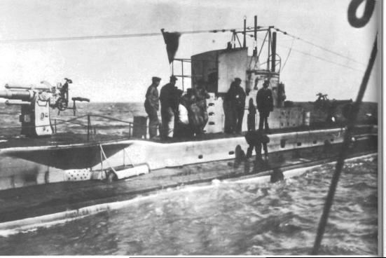Ảnh chiếc tầu ngầm Đức U35 với môt khẩu súng bắn nhanh ở bên trái và một khẩu khác ở bên phải tháp điều khiển