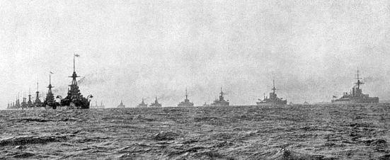 Hạm đội Gran Fleed của Anh di chuyển theo đội hình những cột song song khi bùng nổ chiến tranh năm 1914