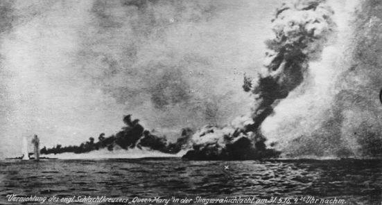 chiếc HMS Queen Mary lúc bị nổ lên trời