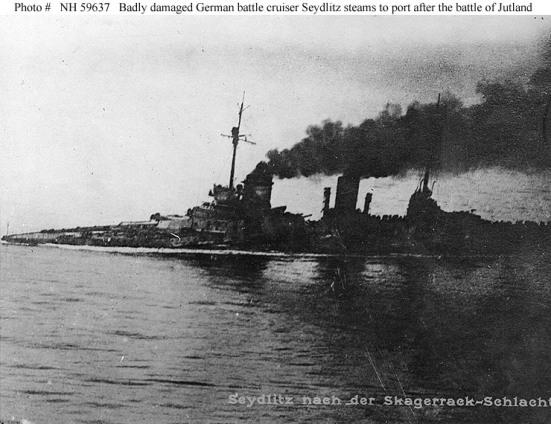 Ảnh chiếc Seydlitz của Đức, mặc dù đã bị trúng đạn te tua trong trận Jutland nhưng nó nhưng vẫn lết được về đến cảng nhà
