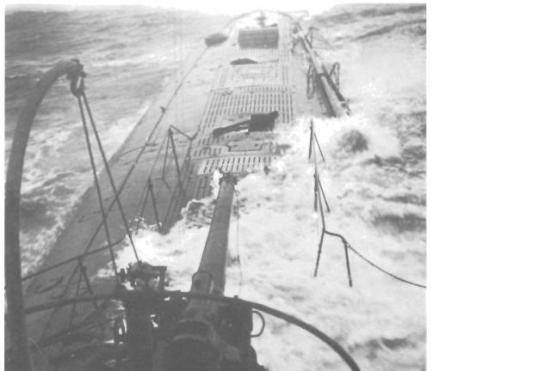Ảnh chụp chiếc U90 với một khẩu súng 105 ly nòng dài ở phía trước tháp chỉ huy, khẩu súng này có lẽ để triệt hạ tầu buôn vào những hôm có nhiều sương mù hoặc ban đêm