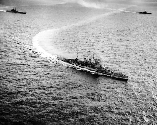 Chiếc HMS Renown ( chị em của chiếc Repulse) đang làm một cú vỉa khi hoạt động trên biển Ấn độ dương ngày 12 tháng 5 năm 1944 cùng với chiếc Valiant (right distance) và chiếc thiết giáp hạm của Pháp - Richelieu