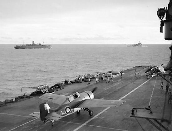 Chuyến cất cánh trên boong chiếc tầu sân bay HMSFormidable dưới sự hộ tống của chiếc tàu chiến HMS Warspite (bên phải), hoạt động ngoài khơi Madagascar, tháng 4 năm 1942