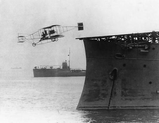 Phi công Eugene Ely cất cánh từ chiếc USSBirmingham, ngày 14 tháng 11 năm 1910.