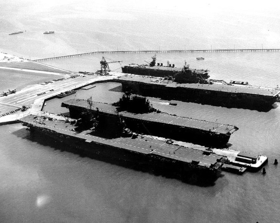 Bốn tàu sân bay của Hải quân Mỹ ngay sau cuộc chiến II, cho thấy kích thước và độ dài khác nhau: chiếc USS Saratoga (dưới cùng) đây là một tàu tuần dương chủ lực chuyển đổi từ rất sớm; Chiếc USS Enterprise (thứ 2 từ dưới cùng) một tàu sân bay chỉ huy hạm đội, chiếc USS Hornet (thứ 3 từ dưới lên) một chiếc tầu sân bay được đóng trong thời gian chiến tranh theo lớp tầu Essen người vận chuyển, và chiếc USS San Jacinto (chiếc mới nhất), một tàu sân bay hạng nhẹ được đóng dựa trên thân một chiếc tàu tuần dương hạm.