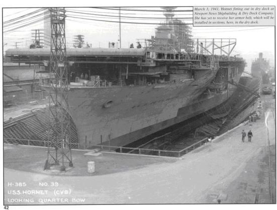 Chiếc tầu sân bay USS Hornet (nhìn từ phía trước ) đang trong quá trình hoàn thiện tại ụ tầu của nó vào ngày 03/03/1941. Qua bức ảnh này ta có thể nhìn thấy rõ sự khác biệt giữa sàn bay và sàn trên của nó.