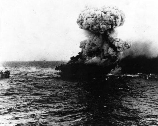 Ảnh chụp chiếc tầu sân bay Lexington bốc cháy và nổ tung sau khi trúng rất nhiều bom đạn của quân Nhật trong trận biển Coral Sea - trận đấu tầu sân bay đầu tiên trên thế giới, bên Nhật chỉ mất 01 tầu sân bay hạng nhẹ, Mỹ mất một TSB chủ lực nên trận này có thể nói là người Mỹ thua, nhưng cũng là lần đầu tiên người Mỹ có thể đánh chìm được 01 TSB của người Nhật dù là loại nhỏ