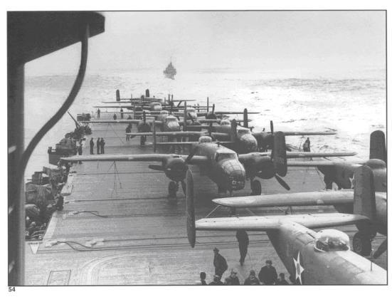 """Ảnh những chiếc oanh tạc cơ B-25 Mitchel trước khi cất cánh trong trận không kích """" Doolitter Raid"""" vào Tokyo - một trận phục thù nhẹ nhàng cho trận Trân châu cảng - trên chiếc tầu sân bay USS Hornet"""