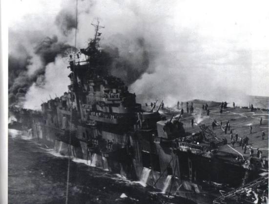 Ảnh chiếc USS Essex bị cháy rụi trong trận chiến Midway