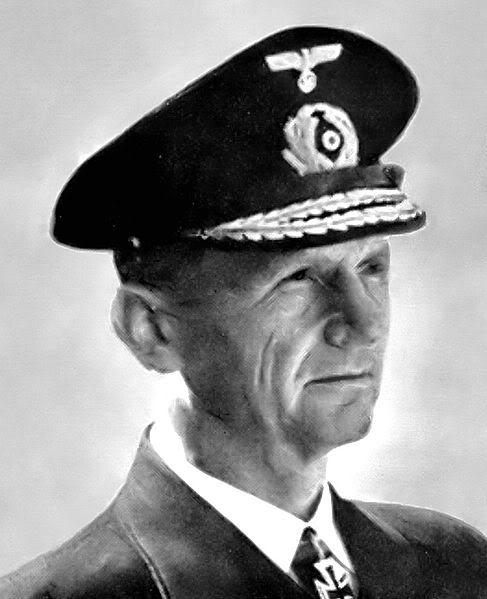 Ảnh Phó đô đốc Karl Dönitz, vị tư lệnh của lực lượng U-Boat Đức (BDU), 1935-1943; và là chỉ huy trưởng của Hải quân Đức, 1943-1945. ( ông này bị kết án tử hình tại toà án xét xử Tội phạm chiến tranh Nürnberg - trong khi ối kẻ thảm sát dân thường khác ở cả Hai phe vẫn phởn phơ - đây có thể được coi là sự trả thù ngọt ngào của phe Đồng minh đối với những thiệt hại mà đội tầu U-Boat đã gây ra chăng?)