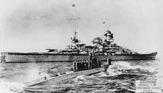 Ảnh chiếc U-47 lúc nó quay trở về sau khi hạ thủ chiếc TSB HMS Royal Oak, bên cạnh nó là chiếc tuần dương hạm chủ lực của Đức - Scharnhorst