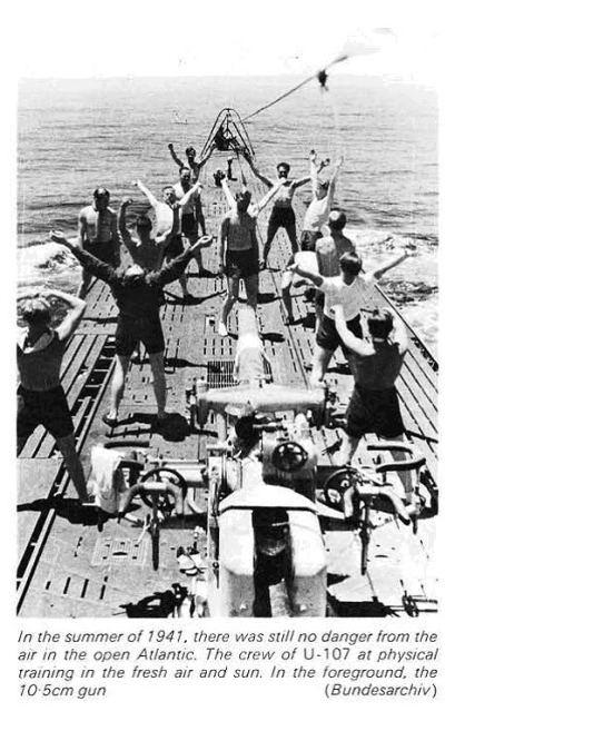 Vào mùa hè năm 1941, khi mà vẫn không có sự đe dọa nào từ trên không tại vùng biển mở Đại Tây Dương. Thủy thủ đoàn của chiếc U-107 thư giãn trong một bài tập vật lý trị liệu trong không khí tươi mát và ánh nắng mặt trời.