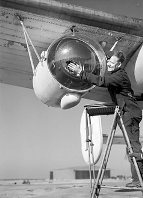 Một đèn rọi Leigh Light được sử dụng cho việc tìm kiếm tầu U-Boat trên bề mặt nước vào ban đêm được trang bị cho một máy bay Liberator của Lực lương Không quân Tuần duyên Hoàng gia ngày 26 tháng 2 năm 1944