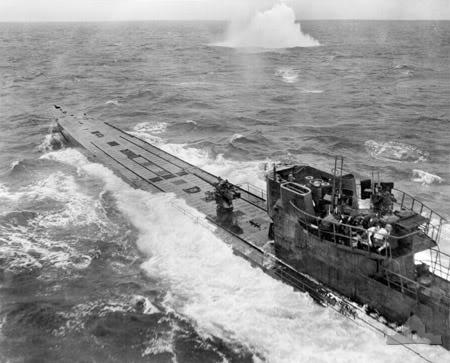 Một ảnh khác về một chiếc tầu U-Boat đang bị tấn công bởi máy bay của Lực lượng Đồng minh