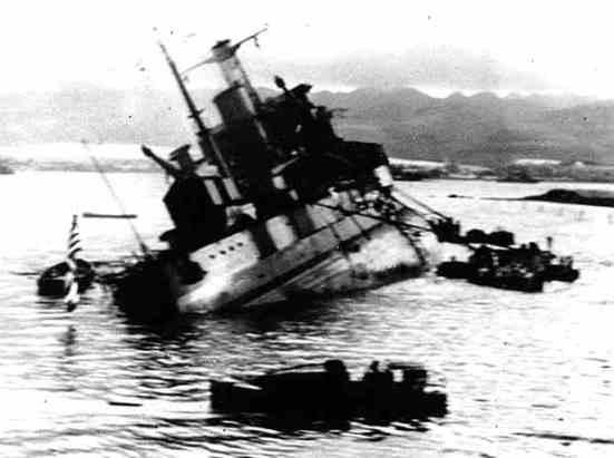 Ảnh chiếc Conte di Cavour sau khi bị trúng một phát ngư lôi vào sườn bên phải, tuy chỉ bị lĩnh một phát bắn nhưng lại đúng vào chỗ phạm nên nó phải chịu thúc thủ