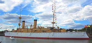 """Chiếc USS Olympia, tuần dương hạm có bảo vệ, nó có trọng tải 5,586 tấn, tốc độ 20 hải lý/ giờ, giáp sàn dày 4,75 in (127 mm) vũ khí chính là 4 súng 8 in, 10 súng 5in và 1 ống phóng ngư lôi  Tàu tuần dương có bảo vệ của Hải quân Hoàng gia Hải quân Hoàng gia Anh có phân hạng các tàu tuần dương là hạng nhất, hạng hai và hạng ba vào giữa cuối thập niên 1880 và 1905, và đóng một số lượng lớn các con tầu này vì yêu cầu bảo vệ thương mại. Trong hầu hết thời gian này, các tàu tuần dương được chế tạo với một lớp giáp """"bảo vệ"""" chứ không phải là bọc giáp bảo vệ cho toàn thân con tầu. Những tuần dương hạm hạng nhất thì lớn tương tự như là tuần dương hạm bọc thép, và được đóng để thay thế cho các lớp tàu tuần dương bọc thép đầu tiên từ những năm 1880 cho đến cuối năm 1898. Tuần dương hạm có lớp bảo vệ hạng hai nhỏ hơn, có trọng tải khoảng 3,000-5,500 tấn và có giá trị cả trong nhiệm vụ bảo vệ thương mại và hướng đạo cho hạm đội. Tuần dương hạm có lớp bảo vệ hạng ba nhỏ hơn nữa và không có một đáy đôi kín nước, và được dự định chủ yếu cho nhiệm vụ bảo vệ thương mại, mặc dù một vài tuần dương hạm nhỏ được chế tạo với vai trò trinh sát của hạm đội hoặc là tàu tuần dương phóng ngư lôi."""