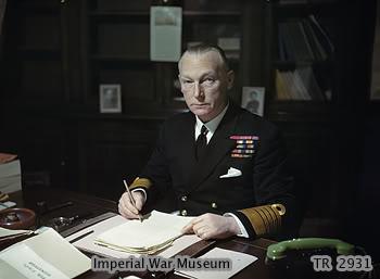 Ảnh Đô đốc Tovey người chỉ huy cuộc săn lùng chiếc Bismarck trên chiếc thiết giáp hạm King George V, và ông này đã hoàn thành nhiệm vụ của mình một cách đầy may mắn