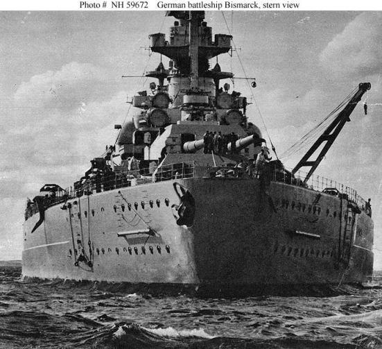 Ảnh chiếc Bismarck khi được chụp từ đằng trước, trông nó đồ sộ như một tòa nhà chung cư. Tầu chiến của người Đức có một nguyên lý khác với của người Anh: Đó là đánh độ lớn của nòng súng và tốc độ để lấy độ bền hay khả năng tồn tại của con tầu