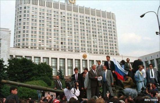 Yeltsin đọc diễn văn trên tháp pháo 1 chiếc xe tăng