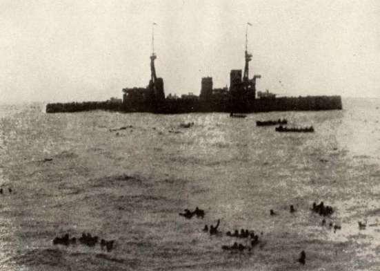 Chiếc HMS Invincible vớt các thủy thủ Đức của chiếc Gneisenau sau khi trận chiến kết thúc