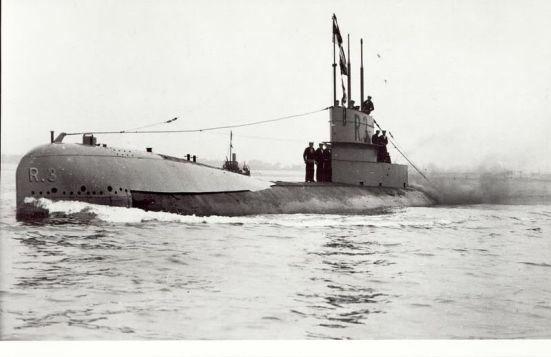 Ảnh thật cuả một chiếc tầu ngầm lớp R - trên mũi và tháp của nó có ký hiệu R3 - Kẻ săn lùng sát thủ